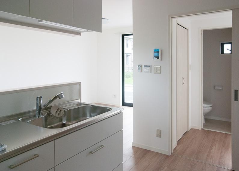 新築賃貸アパート建設施工工事 1階対面キッチンからリビング、トイレ